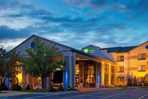 Holiday Inn Express & Suites Grand Rapids Airport